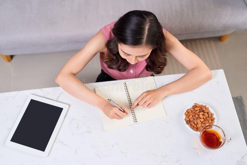 Writing studiowania Pracujący Planistyczny pojęcie Azjatycka kobieta pisze j obrazy stock