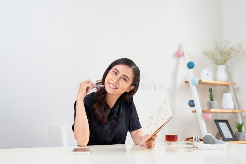 Writing studiowania Pracujący Planistyczny pojęcie Azjatycka kobieta pisze j fotografia royalty free