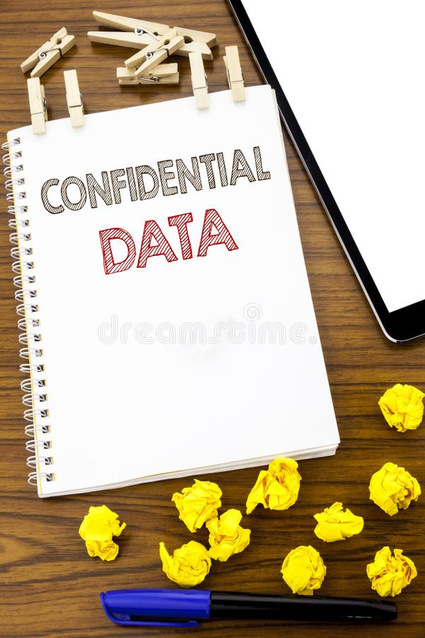 Writing tekst pokazuje Poufnych dane Biznesowy pojęcie dla Tajnej ochrony pisać na nutowym papierze z fałdowym znaczenia główkowa obrazy royalty free