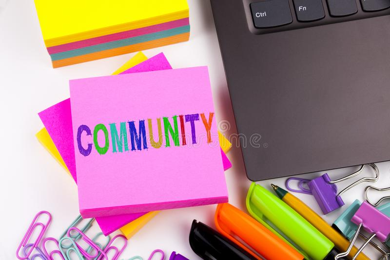 Writing tekst pokazuje społeczności robić w biurze z otoczeniami tak jak laptop, markier, pióro Biznesowy pojęcie dla więzi fotografia stock