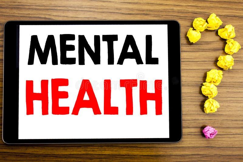 Writing tekst pokazuje zdrowie psychiczne Biznesowy pojęcie dla niepokój choroby nieładu pisać na pastylka komputerze na drewnian obrazy stock
