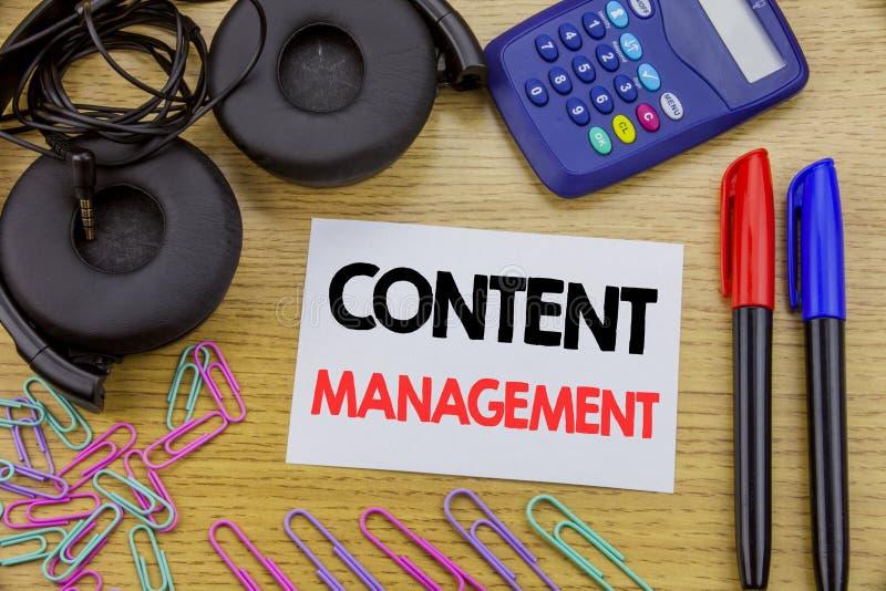 Writing teksta seansu zawartości zarządzanie Biznesowy pojęcie dla Cms Online strony internetowej pisać na kleistym nutowym papie zdjęcia stock