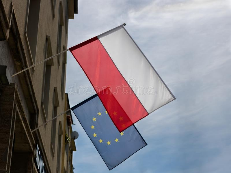 WrocÅ-'Aw, Polen - 24. Mai 2019: Polnische und der Europäischen Gemeinschaft Flaggen, die an den errichtenden Tagen vor Wahl zum  stockbild