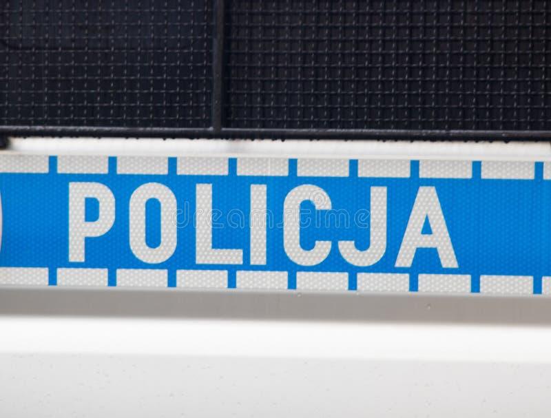 Wroc?aw, Polonia - 8 giugno 2019: Il primo piano del logo della polizia sul volante della polizia Policja significa la polizia fotografia stock