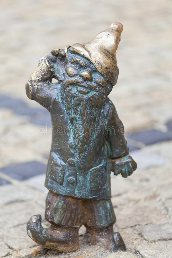 Wrocławski karzeł, mała bajka brązu figurka na bocznym spacerze zdjęcia stock