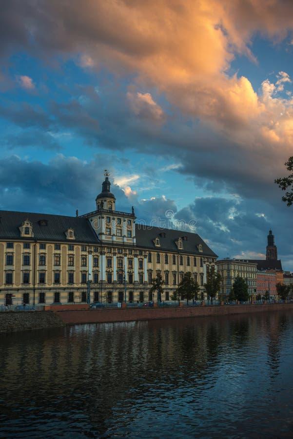 Wrocławski uniwersytet przeciw pięknemu niebu zdjęcia stock