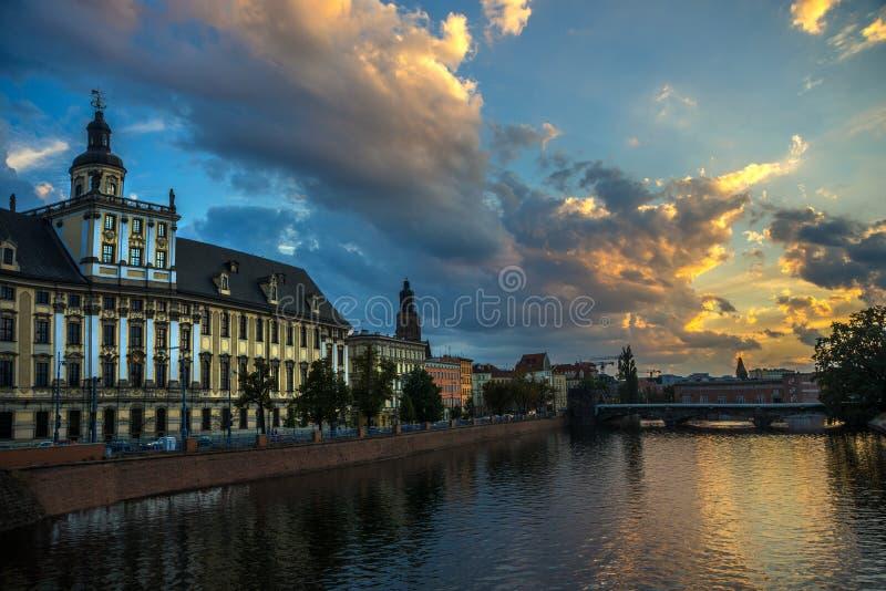 Wrocławski uniwersytet przeciw pięknemu niebu obrazy royalty free