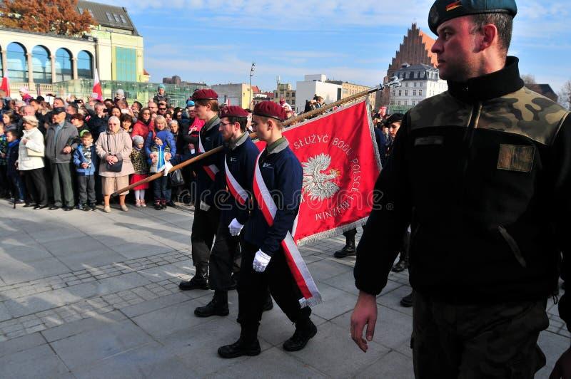 Wrocla, Polonia, l'11 novembre 2018 Festa dell'indipendenza in Polonia I soldati sfoggiano celebrando la festa dell'indipendenza  fotografia stock