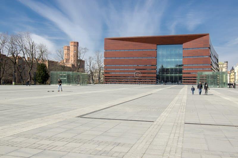 Wroclaw/ПОЛЬША - 30-ое марта 2018: Заново построил национальный форум музыки, постмодернистское здание с большим концертным залом стоковые фото