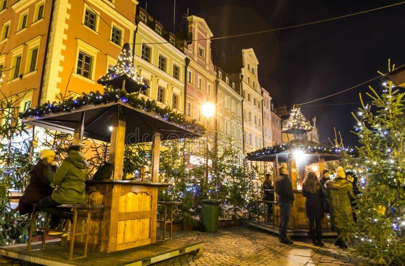 WROCLAW, ПОЛЬША - 7-ОЕ ДЕКАБРЯ 2017: Рождественская ярмарка на рыночной площади Rynek в Wroclaw, Польше  стоковые изображения
