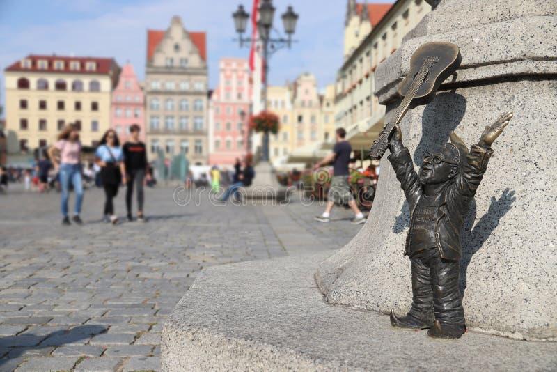 WROCLAW, ПОЛЬША - 2-ОЕ СЕНТЯБРЯ 2018: Гном или карлик со статуэткой бронзы гитары в Wroclaw, Польше Wroclaw имеет гнома 350 стоковая фотография rf