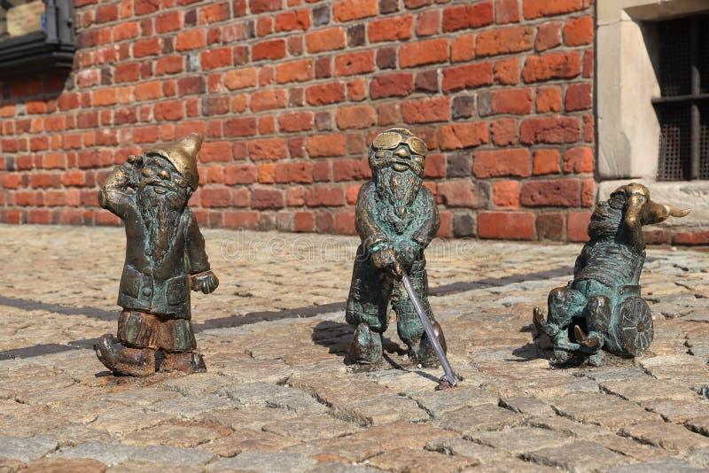 WROCLAW, ПОЛЬША - 2-ОЕ СЕНТЯБРЯ 2018: Неработающие гномы или статуэтка бронзы карликов в Wroclaw, Польше Wroclaw имеет гнома 350 стоковое фото rf