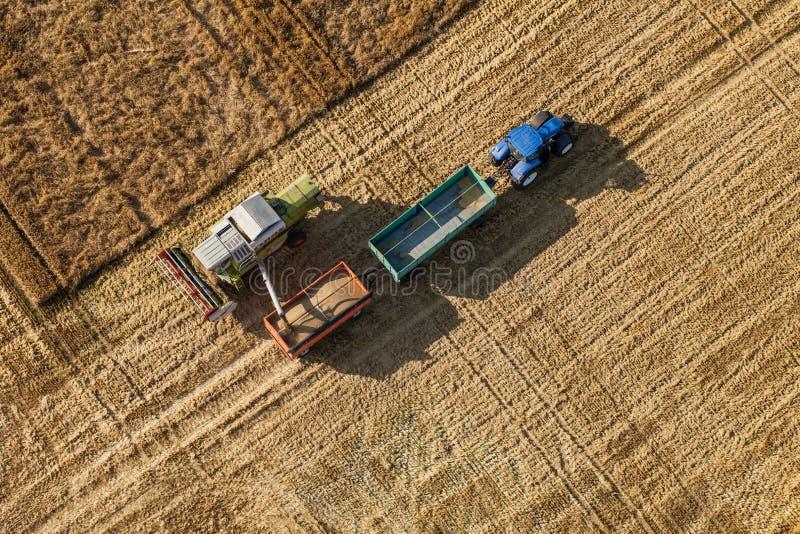 Wroclaw, Польша - 22-ое июля 2015: вид с воздуха зернокомбайна на h стоковое фото rf