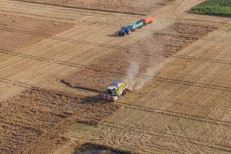Wroclaw, Польша - 22-ое июля 2015: вид с воздуха зернокомбайна на h стоковые фотографии rf