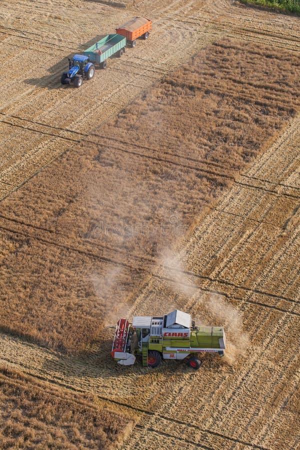 Wroclaw, Польша - 22-ое июля 2015: вид с воздуха зернокомбайна на h стоковая фотография rf