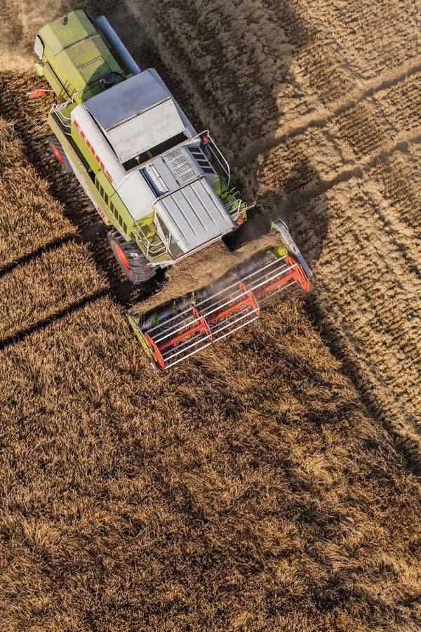 Wroclaw, Польша - 22-ое июля 2015: вид с воздуха зернокомбайна на h стоковое фото