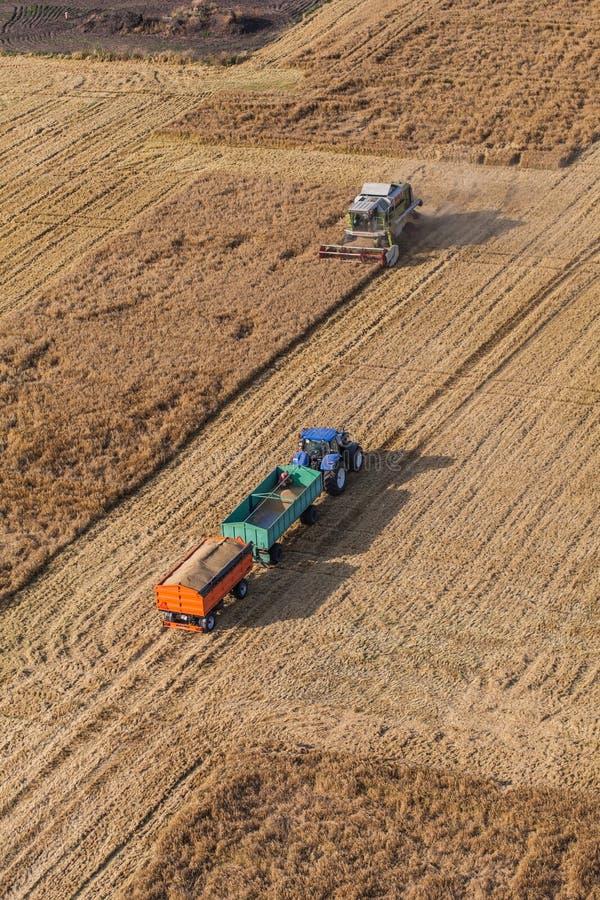 Wroclaw, Польша - 22-ое июля 2015: вид с воздуха зернокомбайна на h стоковая фотография