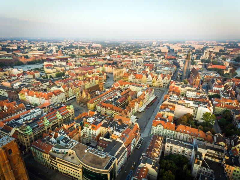 Wroclaw, capital europea de la cultura Ayuntamiento de centro, plaza del mercado, torre del cielo, opinión panorámica de la ciuda foto de archivo