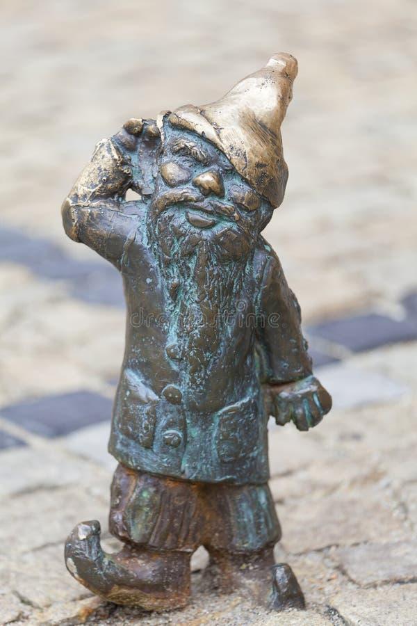 Wroclaw dwarf, малый figurine бронзы сказки на бортовой прогулке стоковые фото