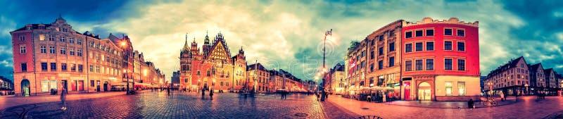 Wroclaw marknadsfyrkant med stadshuset under solnedgångafton, Polen, Europa royaltyfria foton