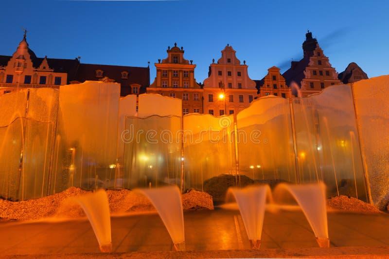 Wroclaw par nuit Vieille place, fontaine et maisons d'appartement historiques image libre de droits