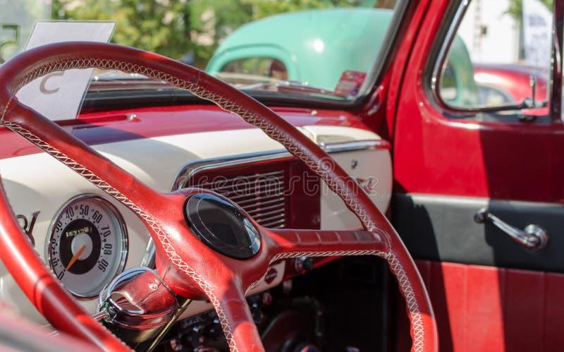 WROCLAW, POLÔNIA - 11 de agosto de 2019: Os carros dos EUA mostram: 1951 Ford F- 100 Pickup Truck de cor vermelha e branca Encerr imagem de stock