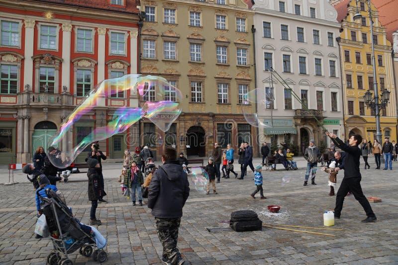 wroclaw Polônia 28 de fevereiro de 2016 Mostra da rua de deixar bolhas de sabão imagem de stock royalty free
