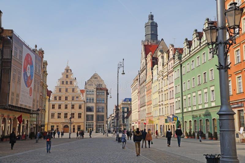 wroclaw Polônia 28 de fevereiro de 2016 Visitantes no quadrado principal no centro da cidade fotografia de stock