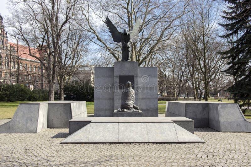 Wroclaw/POLÔNIA - 30 de março de 2018: Monumento do massacre de Katyn na luz solar A família Silesian mais baixa da escultura do  imagens de stock royalty free