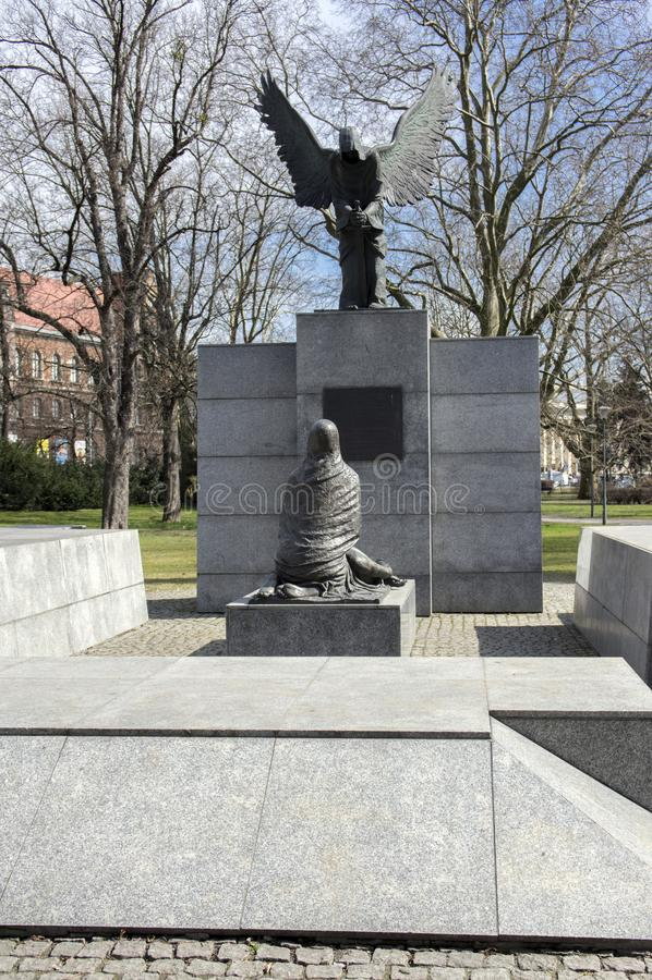 Wroclaw/POLÔNIA - 30 de março de 2018: Monumento do massacre de Katyn na luz solar A família Silesian mais baixa da escultura do  fotos de stock royalty free