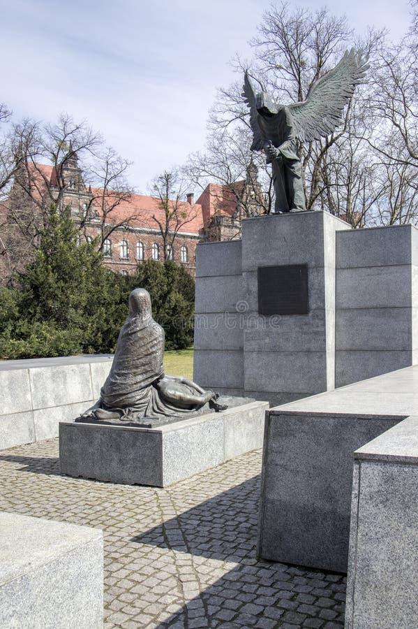 Wroclaw/POLÔNIA - 30 de março de 2018: Monumento do massacre de Katyn na luz solar A família Silesian mais baixa da escultura do  imagem de stock royalty free