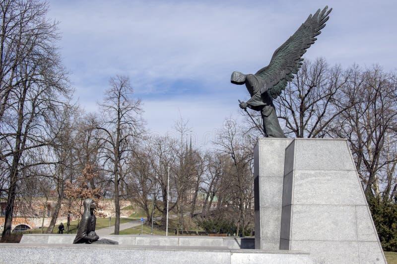 Wroclaw/POLÔNIA - 30 de março de 2018: Monumento do massacre de Katyn na luz solar A família Silesian mais baixa da escultura do  fotografia de stock royalty free