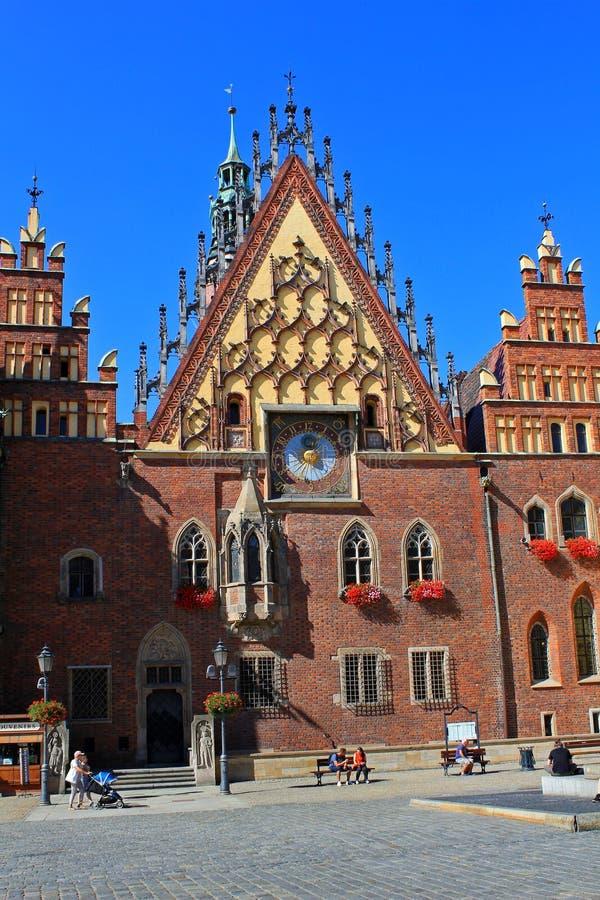 WROCLAW, POLÔNIA - 12 de setembro de 2016: Câmara municipal histórica em Wroclaw, a capital de mais baixo Silesia imagens de stock