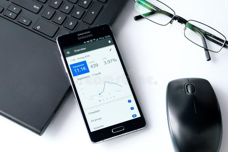 WROCLAW, POLÔNIA 7 de setembro de 2016: Samsung A5 com a aplicação de Google Adwords que coloca na mesa imagem de stock