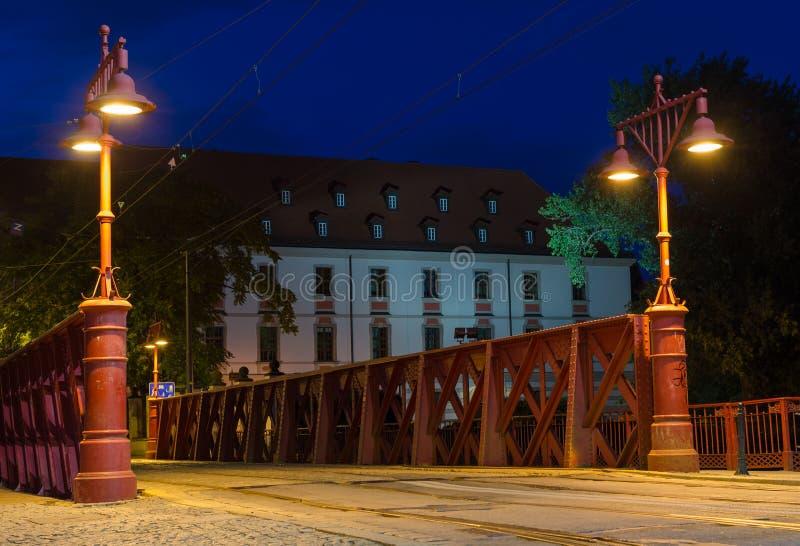 WROCLAW POLEN - Augusti 05, 2019: Nightview av den mest Piaskowyen den röda bron i Wroclaw, Silesia, Polen royaltyfri bild