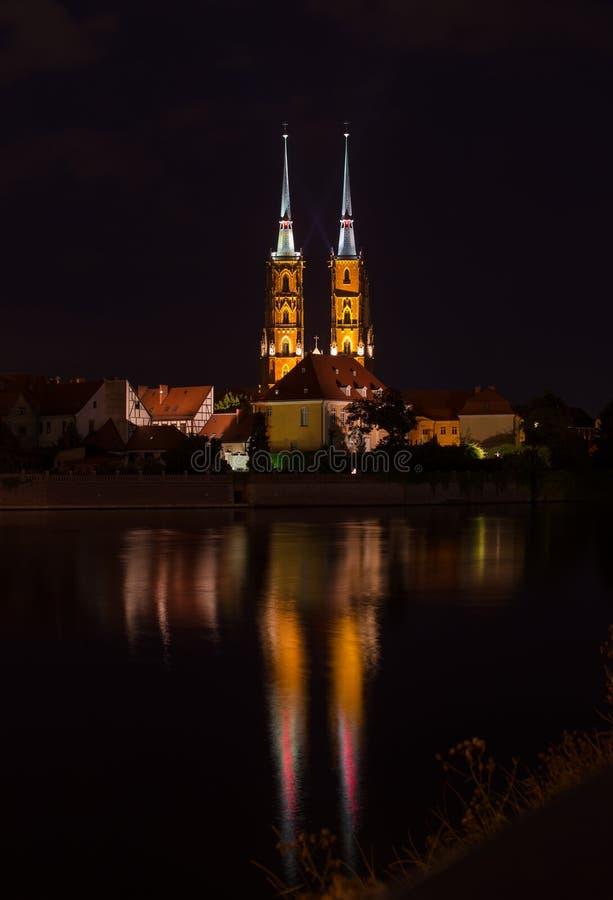 """WROCLAW, POLEN - Augustus 05, 2019: Nachtcityscape Historisch die district """"Ostrow Tumski"""" Polen met de spitsen worden verlicht v stock afbeelding"""