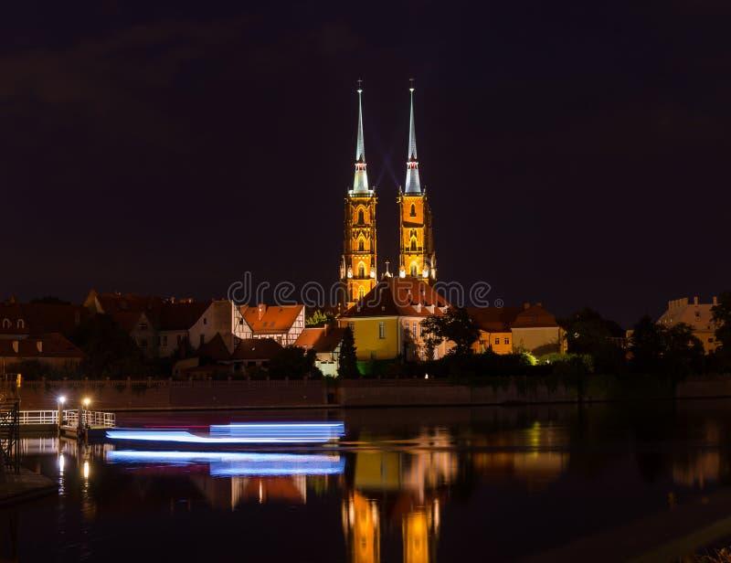 "WROCLAW, POLEN - Augustus 05, 2019: Nachtcityscape Historisch die district ""Ostrow Tumski"" Polen met de spitsen worden verlicht v royalty-vrije stock afbeeldingen"