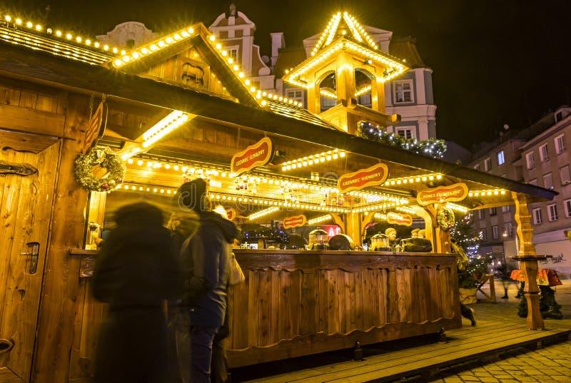 WROCLAW POLEN - DEC 7, 2017: Jul marknadsför på marknadsfyrkanten Rynek i Wroclaw, Polen En av störst Polen som är bästa och arkivfoton