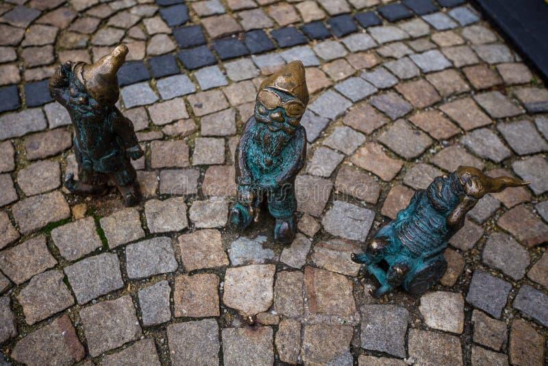 Wroclaw Polen - 15 December 2015 Fotoet av ett av skulpturen av ställa i skuggan (gnomer) från sagan som göras av Tomasz Moczek royaltyfri fotografi