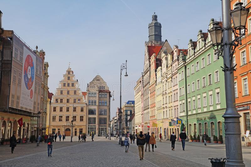 wroclaw Polen-28 Februari 2016 Bezoekers op het belangrijkste vierkant in het stadscentrum stock fotografie