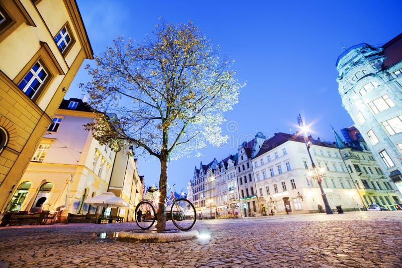 Wroclaw Polen i den Silesia regionen. Marknadsfyrkanten på natten royaltyfria bilder