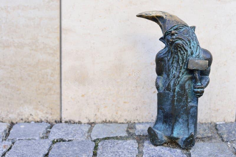 WROCLAW POLEN - JUNI, 2017: Wroclaw dragningar, ställa i skuggan arkivbilder
