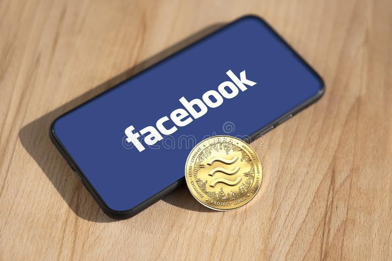 WROCLAW POLEN - JUNI 19th, 2019: Facebook meddelar Vågcryptocurrency Vågmyntbegrepp - Bild arkivfoto