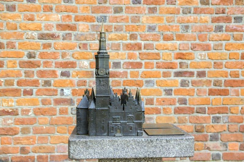 Wroclaw/POLEN - Maart 31, 2018: De miniatuur van het stadhuisbeeldhouwwerk met toren op hoofdwroclaw-vierkant tijdens toeristisch stock foto's