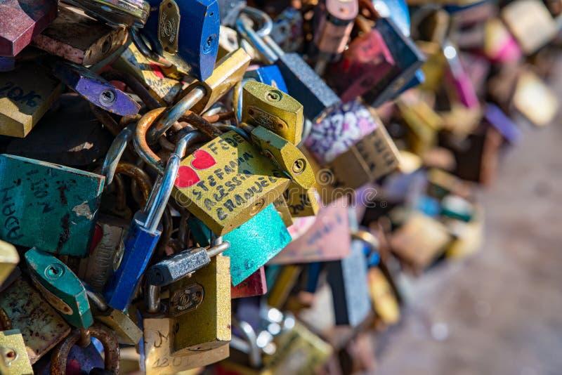 Wroclaw Polen - mars 9, 2108: Symboliska förälskelsehänglås som fixas till räcken av grunwaldzkibron, Wroclaw, Polen arkivfoton