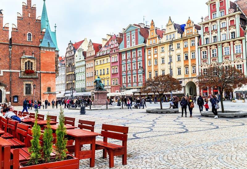 Wroclaw Polen - Oktober 17, 2015: Folk som går och vilar på den berömda gamla marknadsfyrkanten i Wroclaw royaltyfria bilder