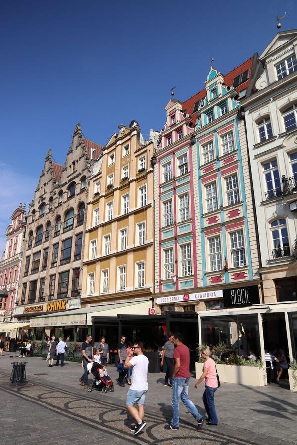 WROCLAW POLEN - SEPTEMBER 2, 2018: Folket besöker stadsfyrkanten (Rynek) i Wroclaw, Polen Wroclaw är den 4th största staden in fotografering för bildbyråer