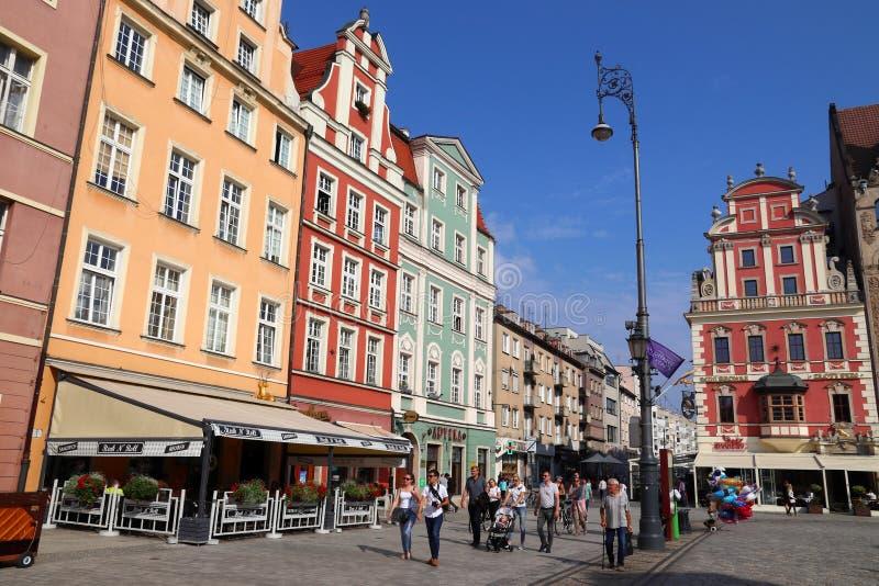 WROCLAW POLEN - SEPTEMBER 2, 2018: Folket besöker stadsfyrkanten (Rynek) i Wroclaw, Polen Wroclaw är den 4th största staden in arkivfoto
