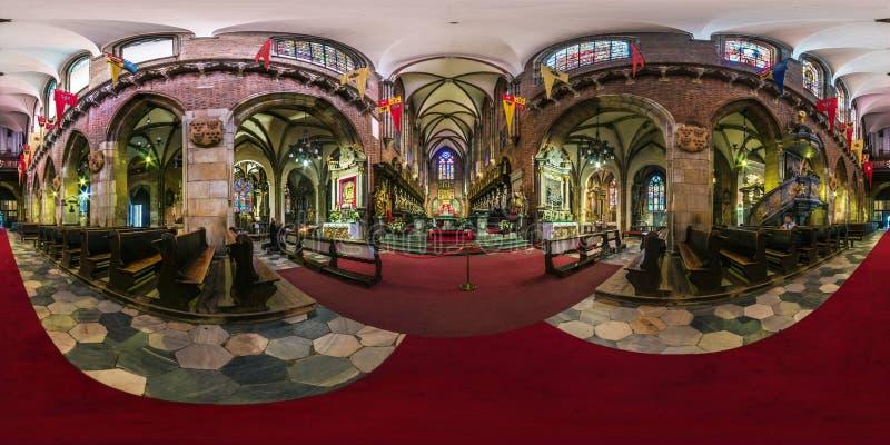 WROCLAW POLEN - SEPTEMBER, 2018: full sömlös sfärisk panorama 360 grader inre gotisk katolsk domkyrka för vinkelsikt av arkivbilder