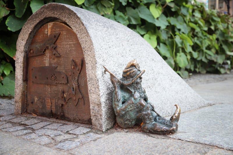WROCLAW POLEN - SEPTEMBER 2, 2018: Gnomen eller dvärgen brons statyetten i Wroclaw, Polen Wroclaw har 350 gnomskulpturer omkring arkivbilder